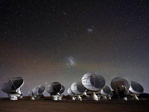 Şekil 1. Yer'deki en kurak bölgelerden birisi olan Şili çölünde, deniz seviyesinden yaklaşık 5000 metre yükseklikteki ALMA teleskoplar ağı.